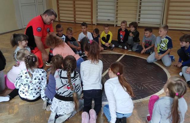 Spotkanie z ratownikiem medycznym w klasie 1b