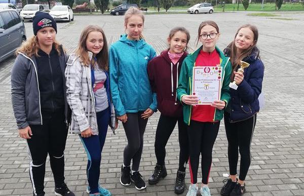Pierwsze miejsce dziewcząt w powiatowych IMS w indywidualno-drużynowych biegach przełajowych. image