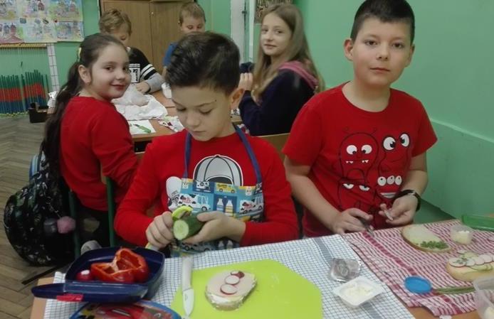 Kl. 2b  dołączyła do akcji Śniadanie Daje Moc