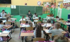 Starsi uczniowie czytają młodszym image