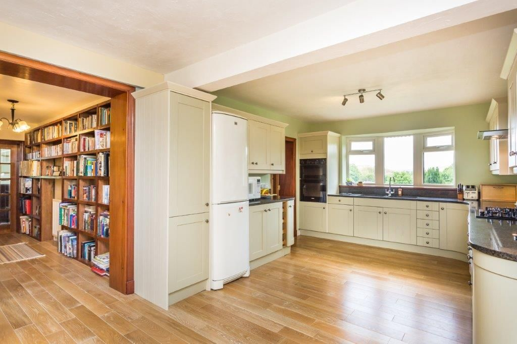 6 bedroom detached house For Sale in Todmorden - Photograph 4