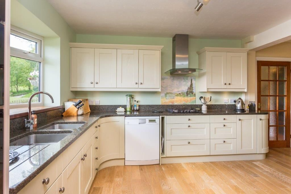 6 bedroom detached house For Sale in Todmorden - Photograph 5
