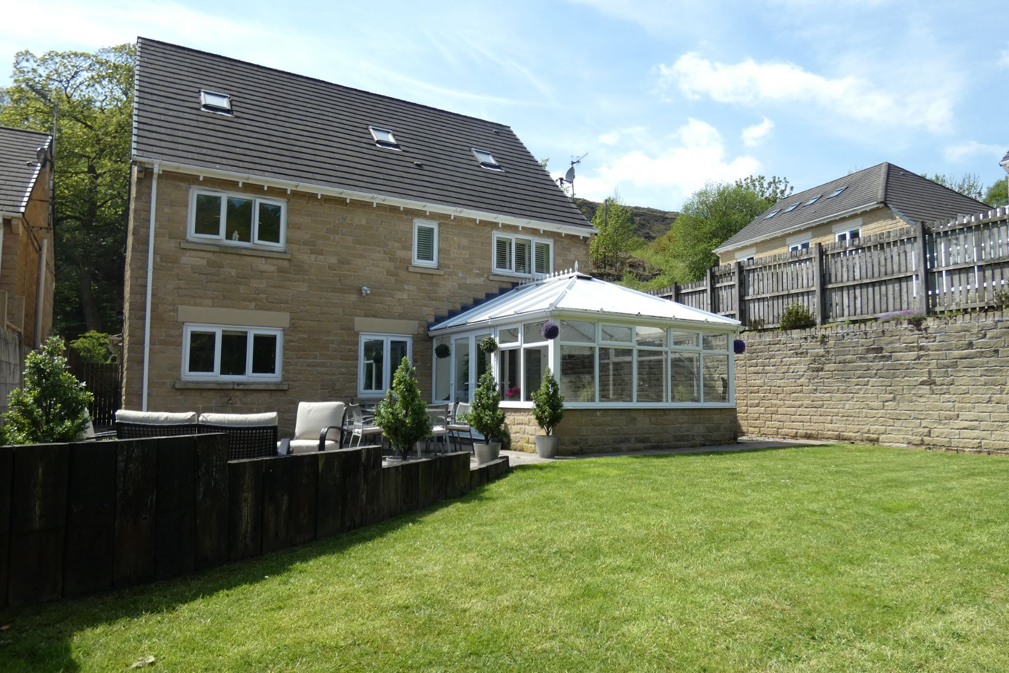 6 bedroom detached house For Sale in Todmorden - Property photograph