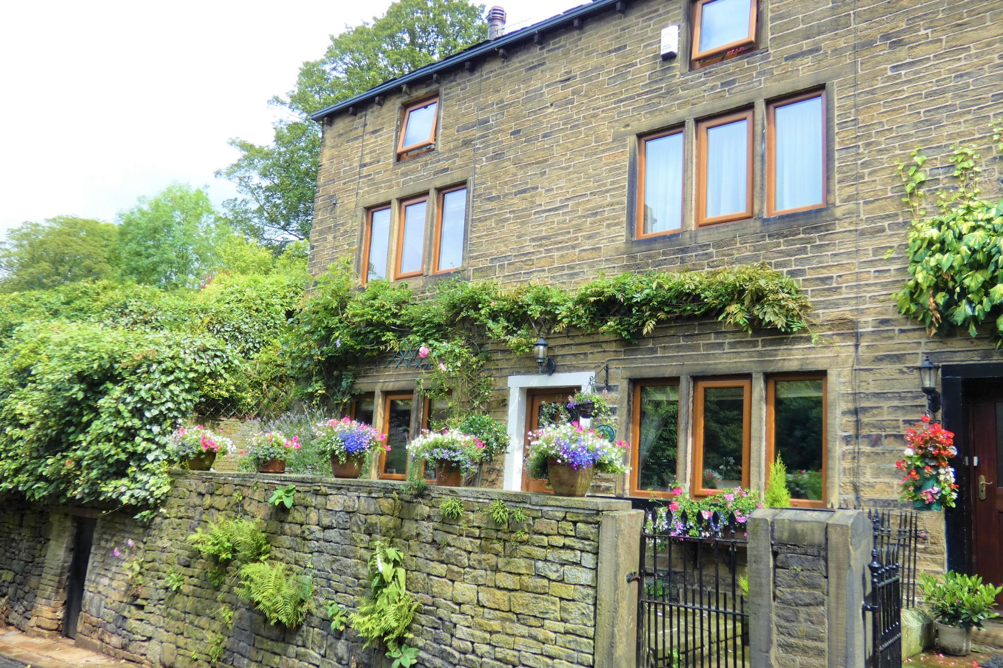 4 bedroom semi-detached house For Sale in Halifax - Property photograph