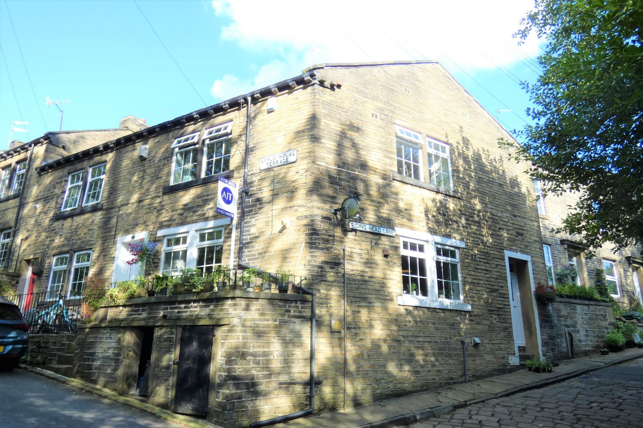 2 bedroom end terraced house For Sale in Halifax - Property photograph