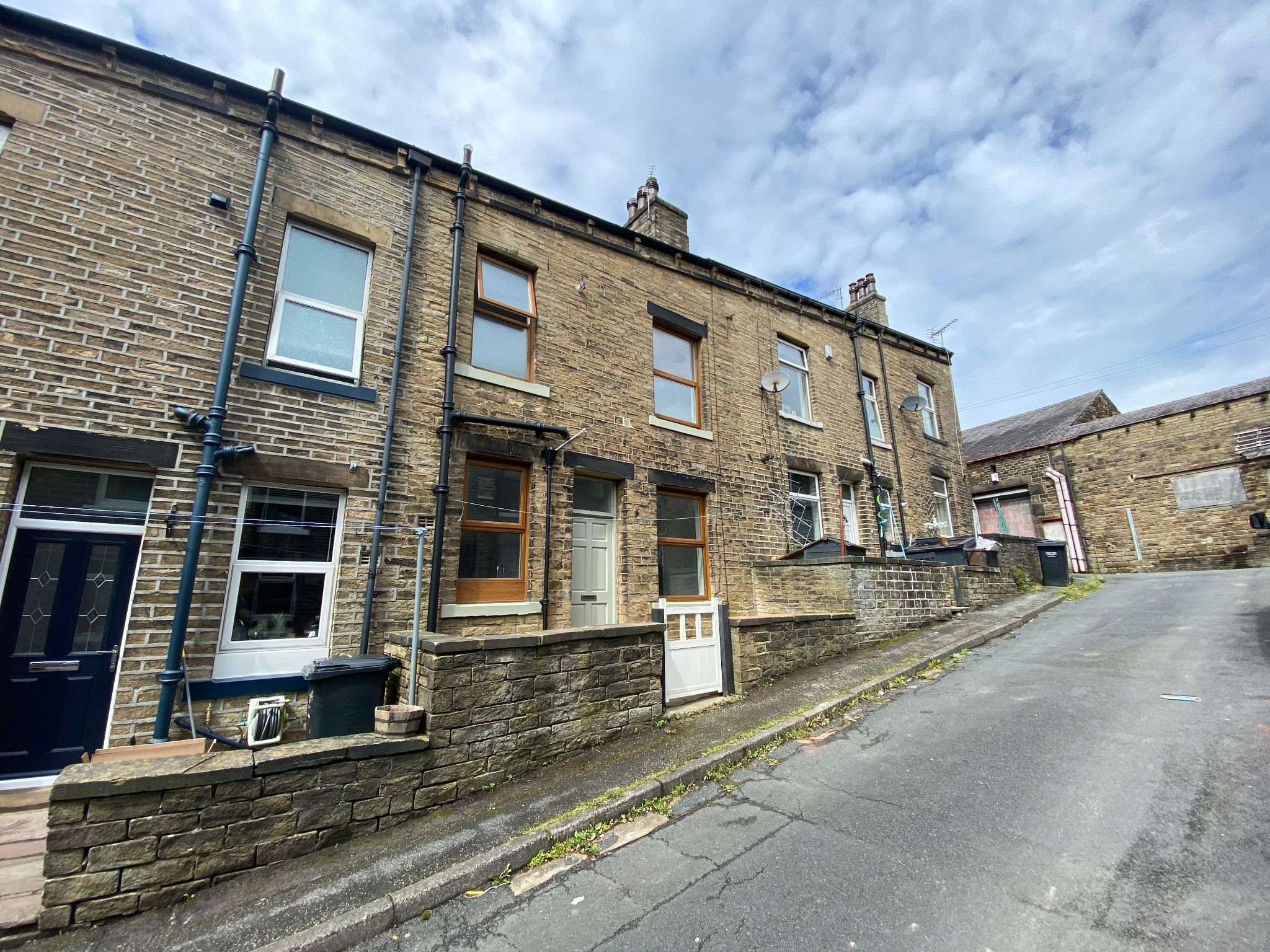 2 bedroom mid terraced house To Let in Mytholmroyd - Property photograph