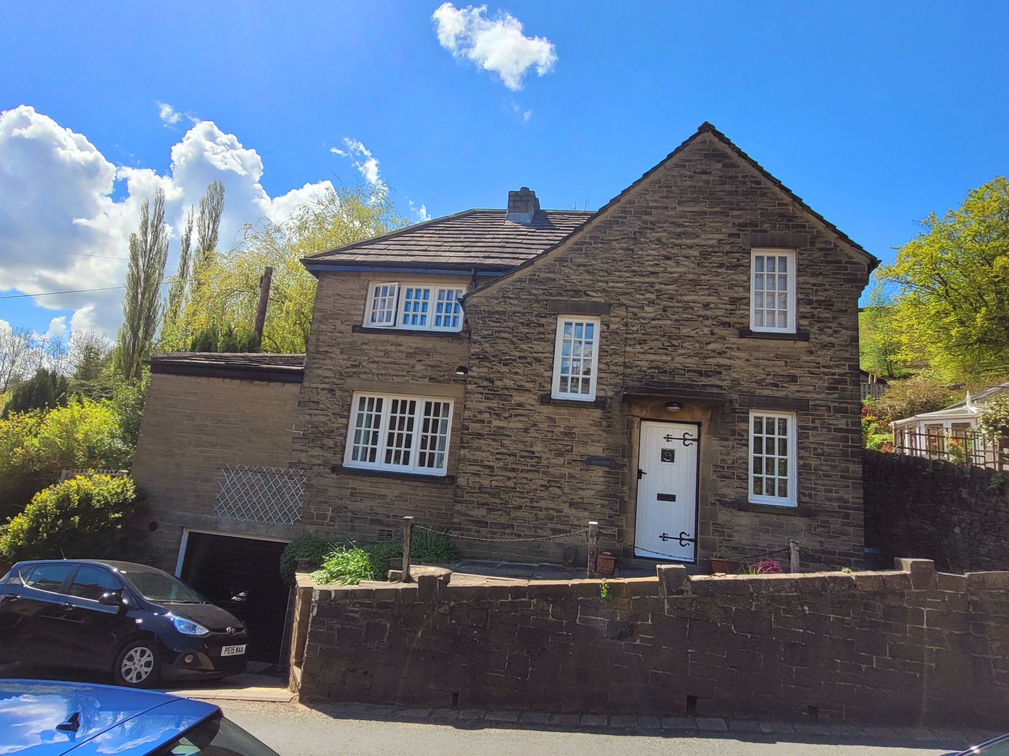 2 bedroom detached house For Sale in Halifax - Property photograph