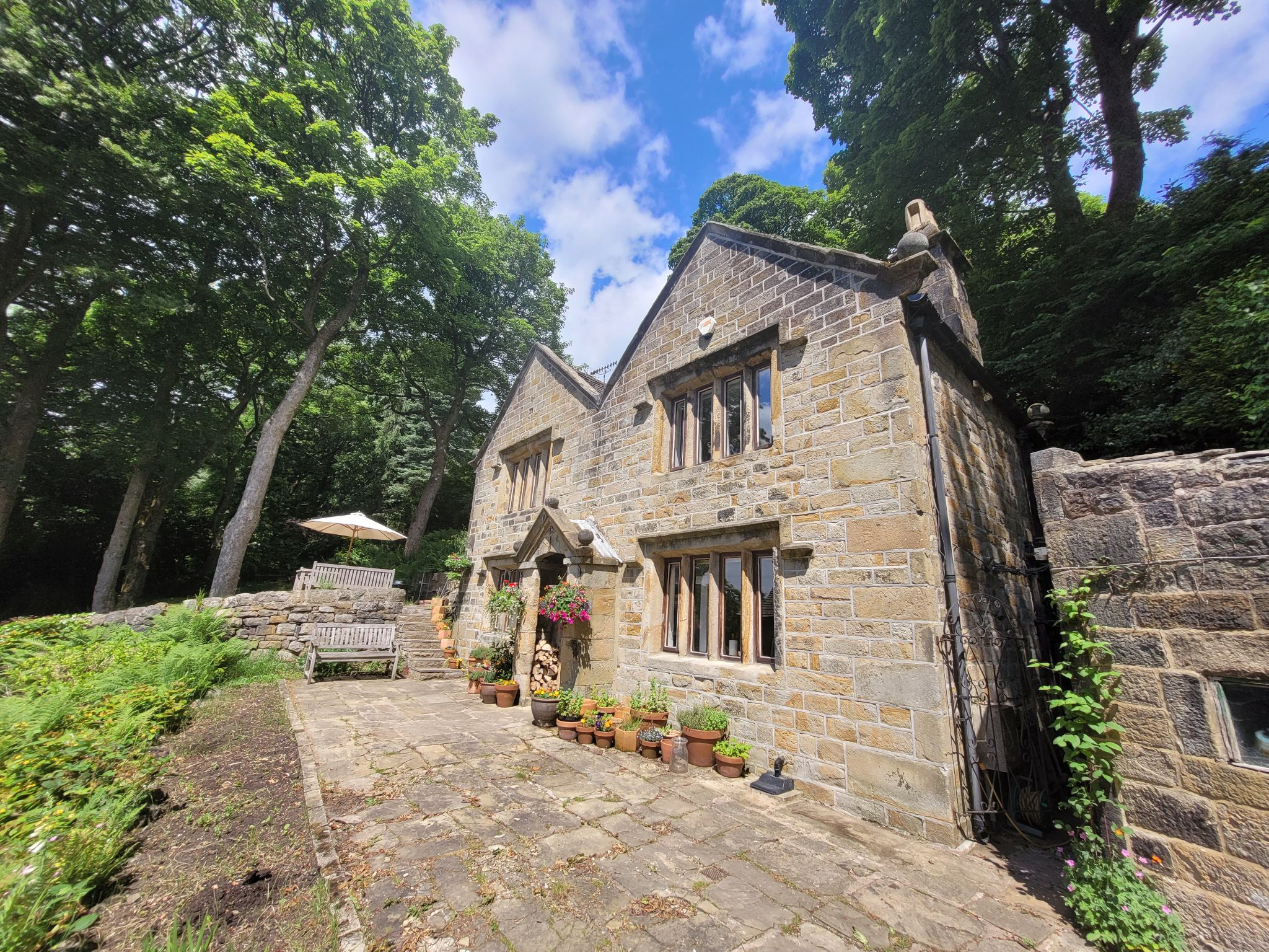 2 bedroom detached house For Sale in Todmorden - Property photograph