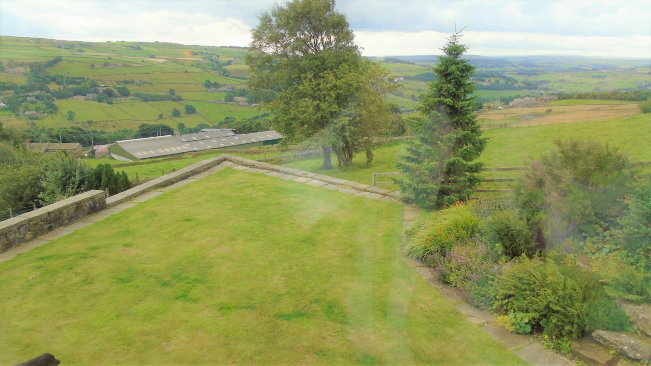 4 bedroom detached house For Sale in Halifax - Property photograph