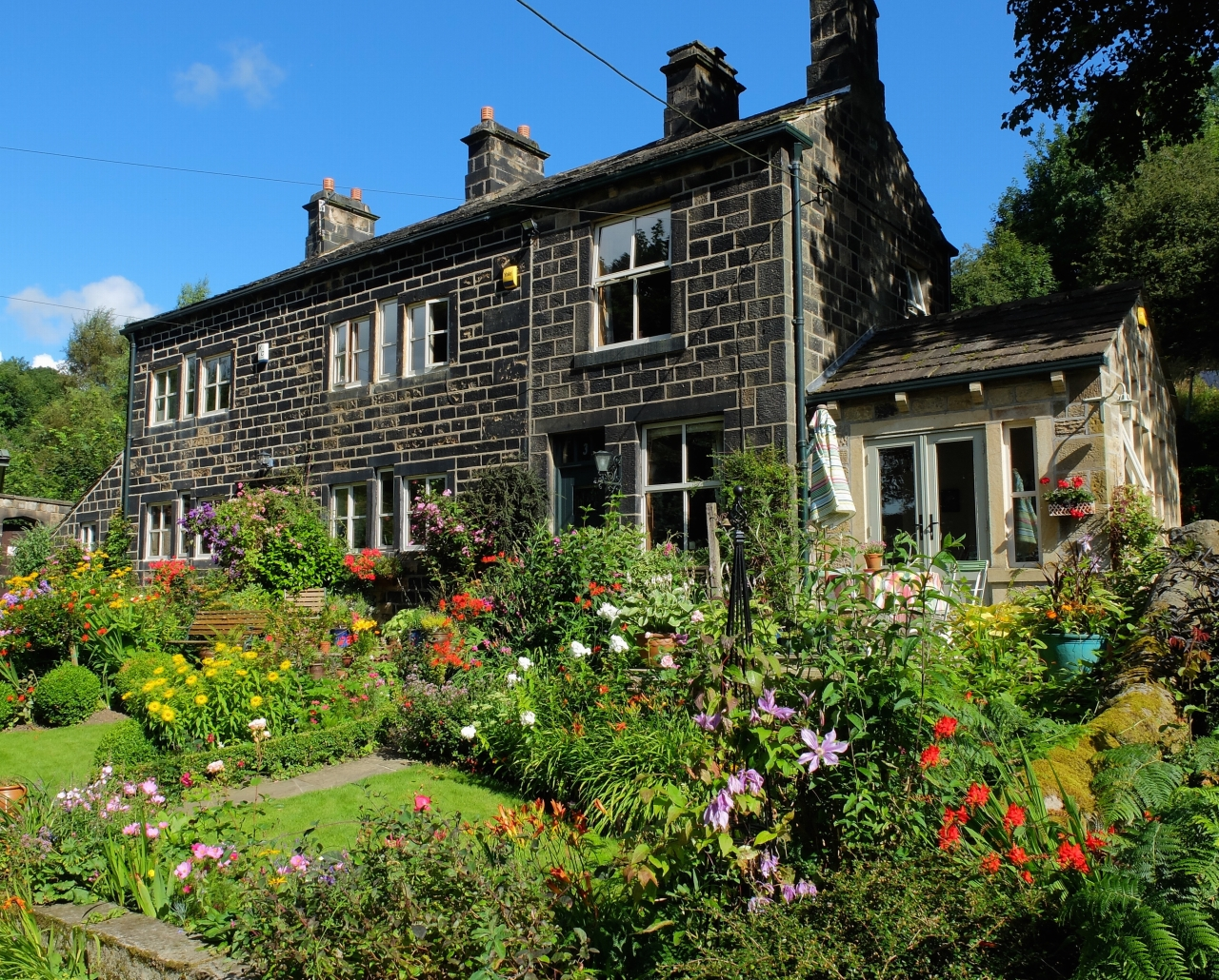 4 bedroom semi-detached house For Sale in Todmorden - Property photograph