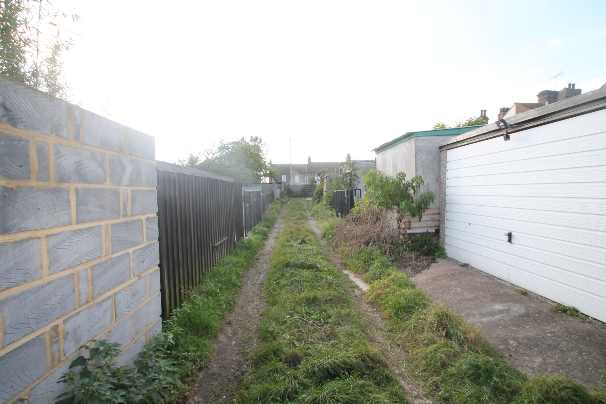 3 Bedroom Mid Terraced House For Sale - Off Road Access