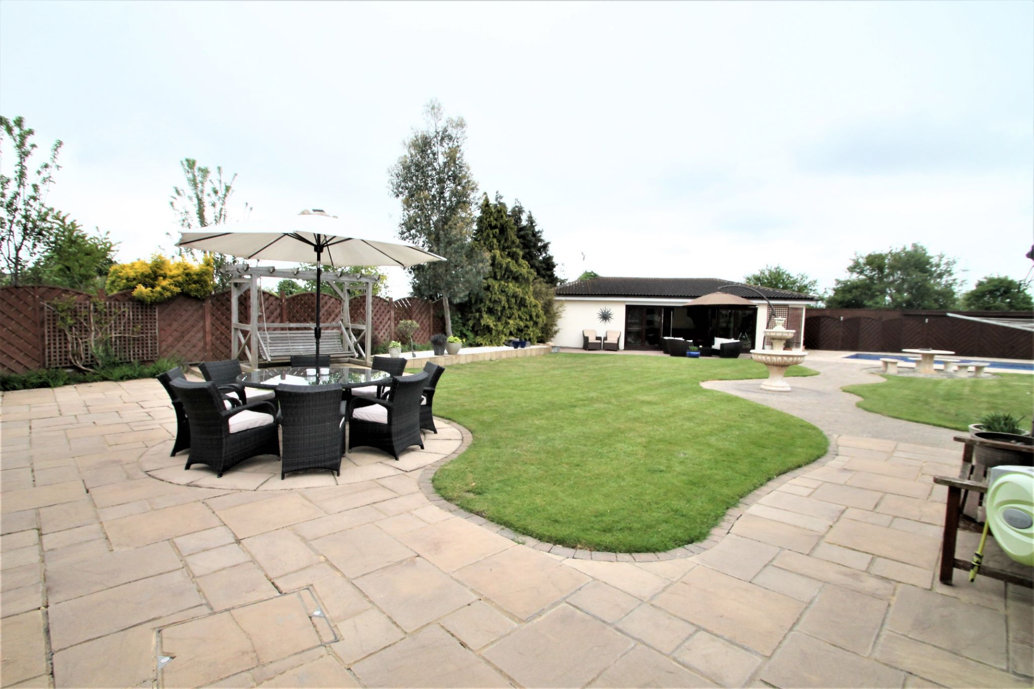 5 Bedroom Detached House For Sale - Garden