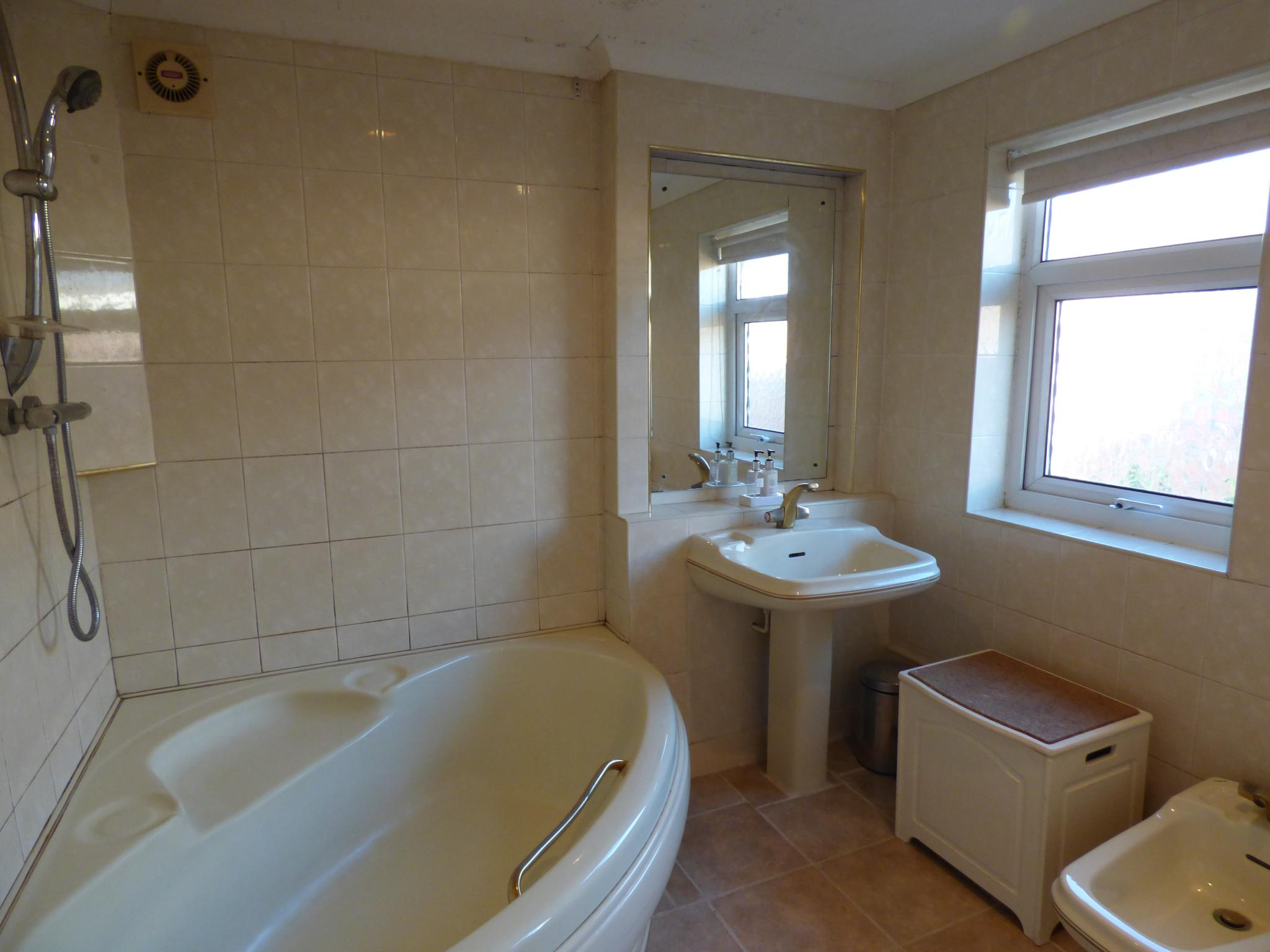 3 Bedroom Semi-detached House For Sale - Photograph 12