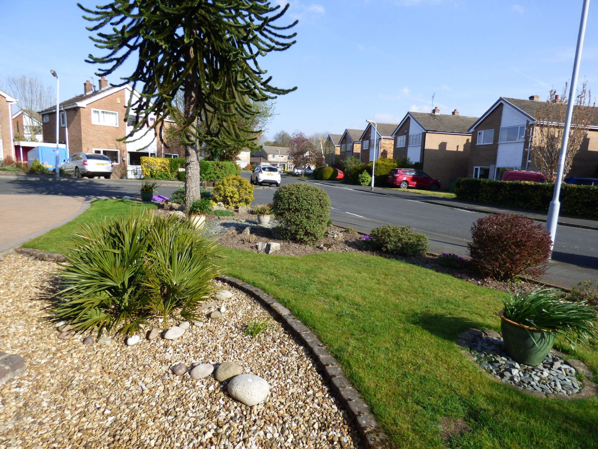 3 Bedroom Detached House For Sale - Front Garden View