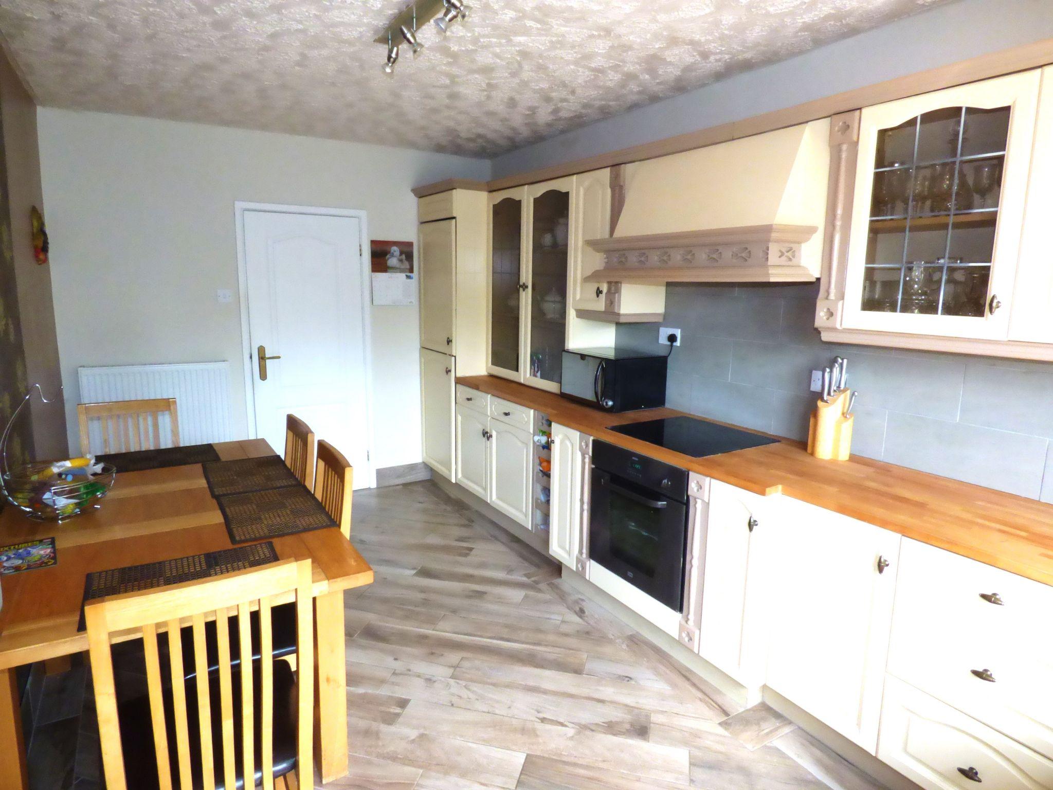 5 Bedroom Detached Bungalow For Sale - Photograph 3