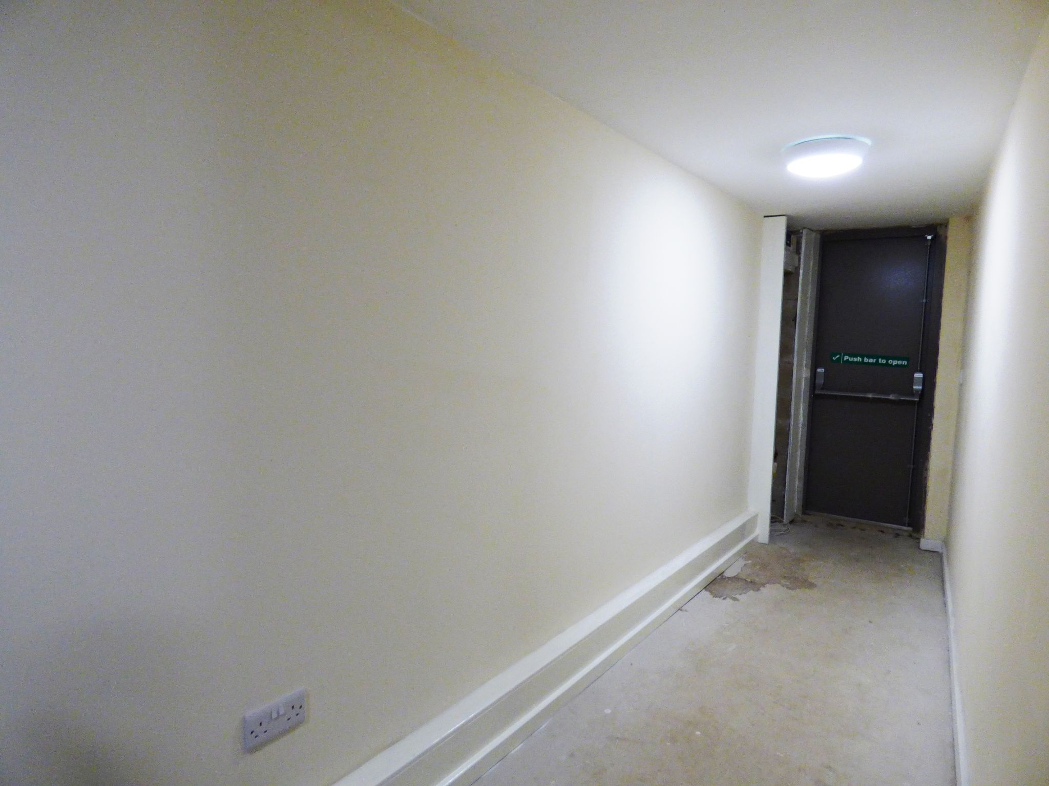 Commercial Property To Rent - Photograph 11