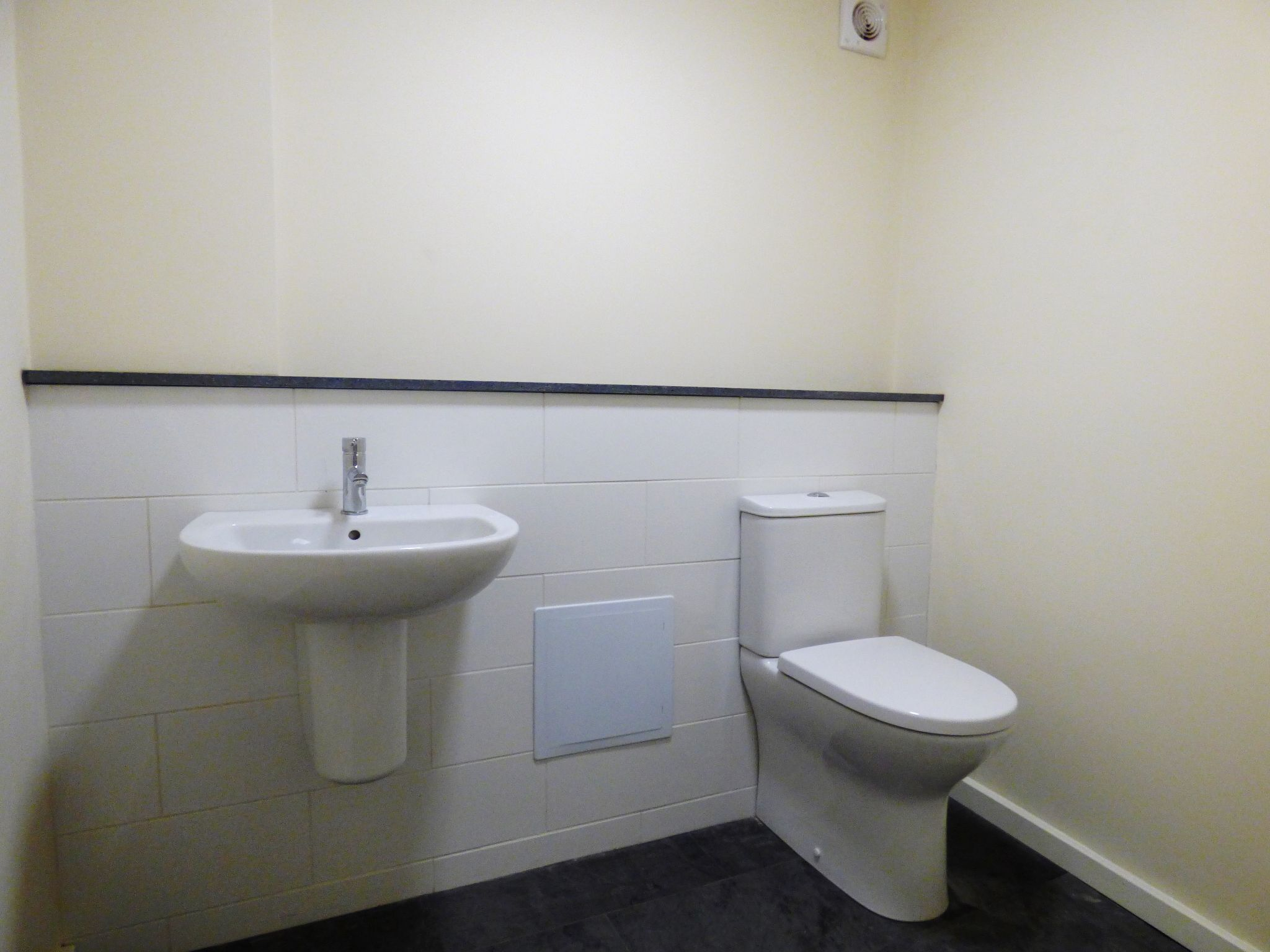 Commercial Property To Rent - Photograph 12