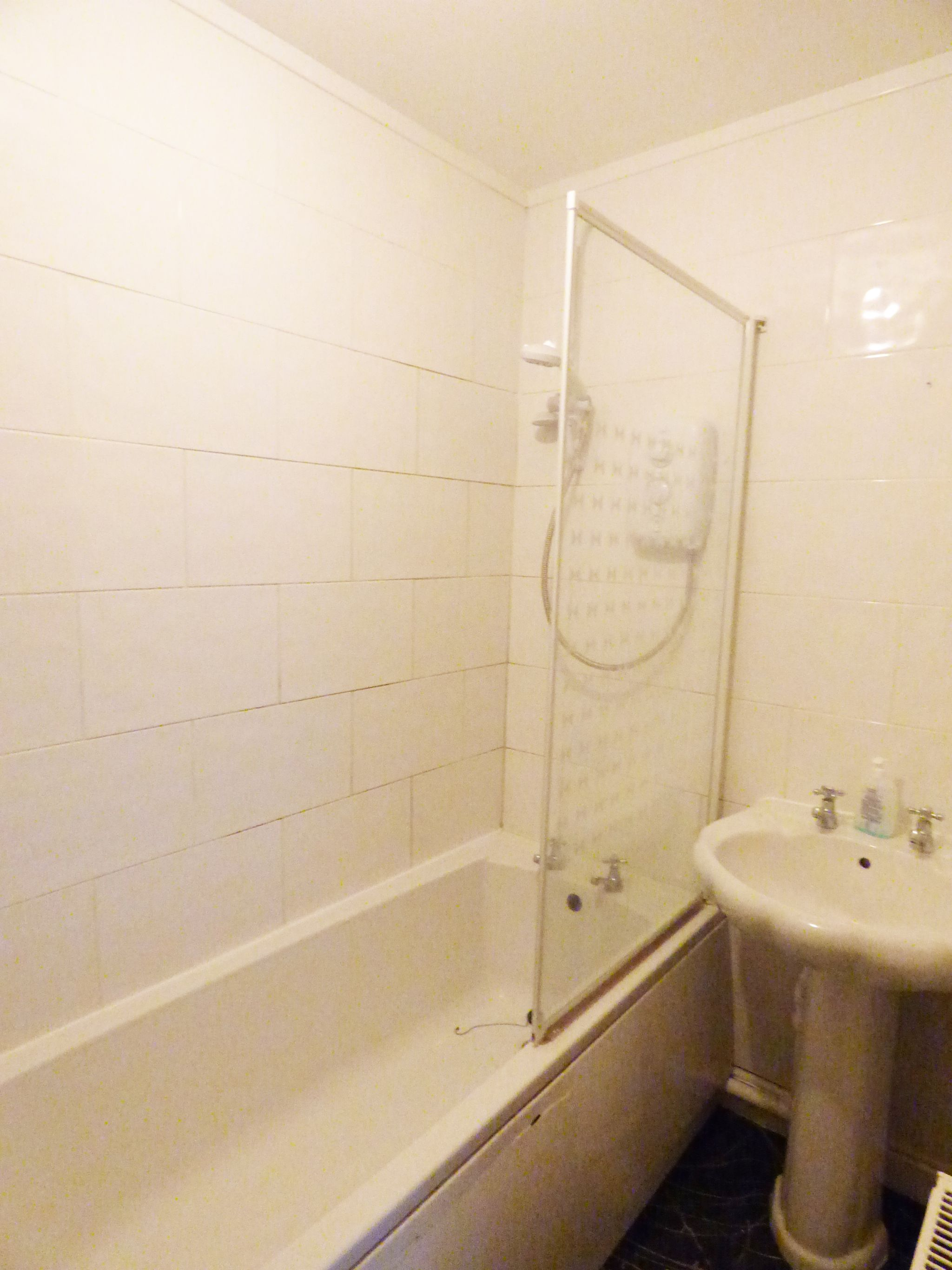 2 Bedroom Mid Terraced House - Bath With Shower Over