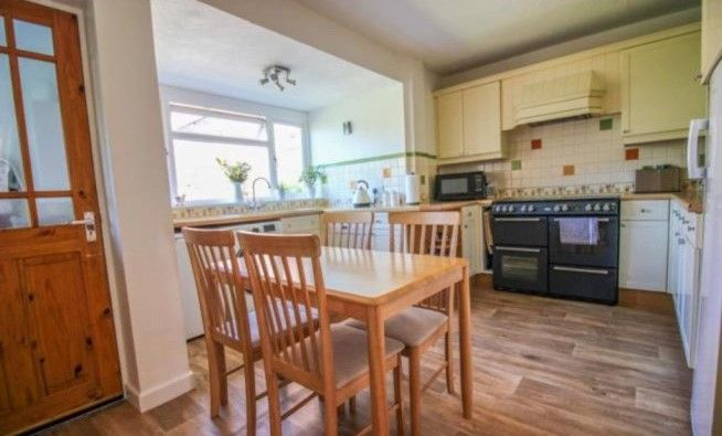 4 Bedroom Semi-detached House For Sale - Photograph 8