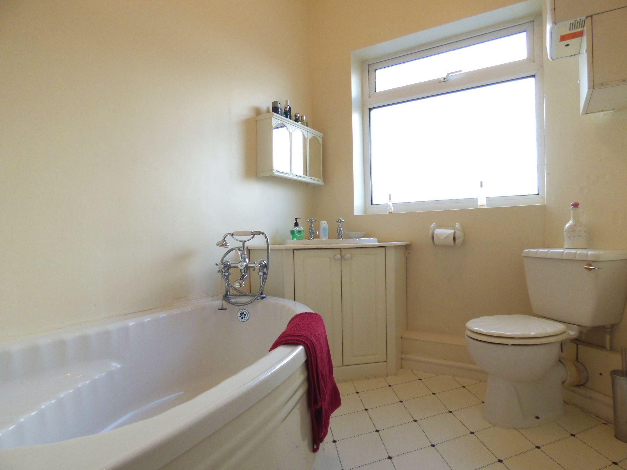2 Bedroom Mid Terraced House For Sale - Bathroom
