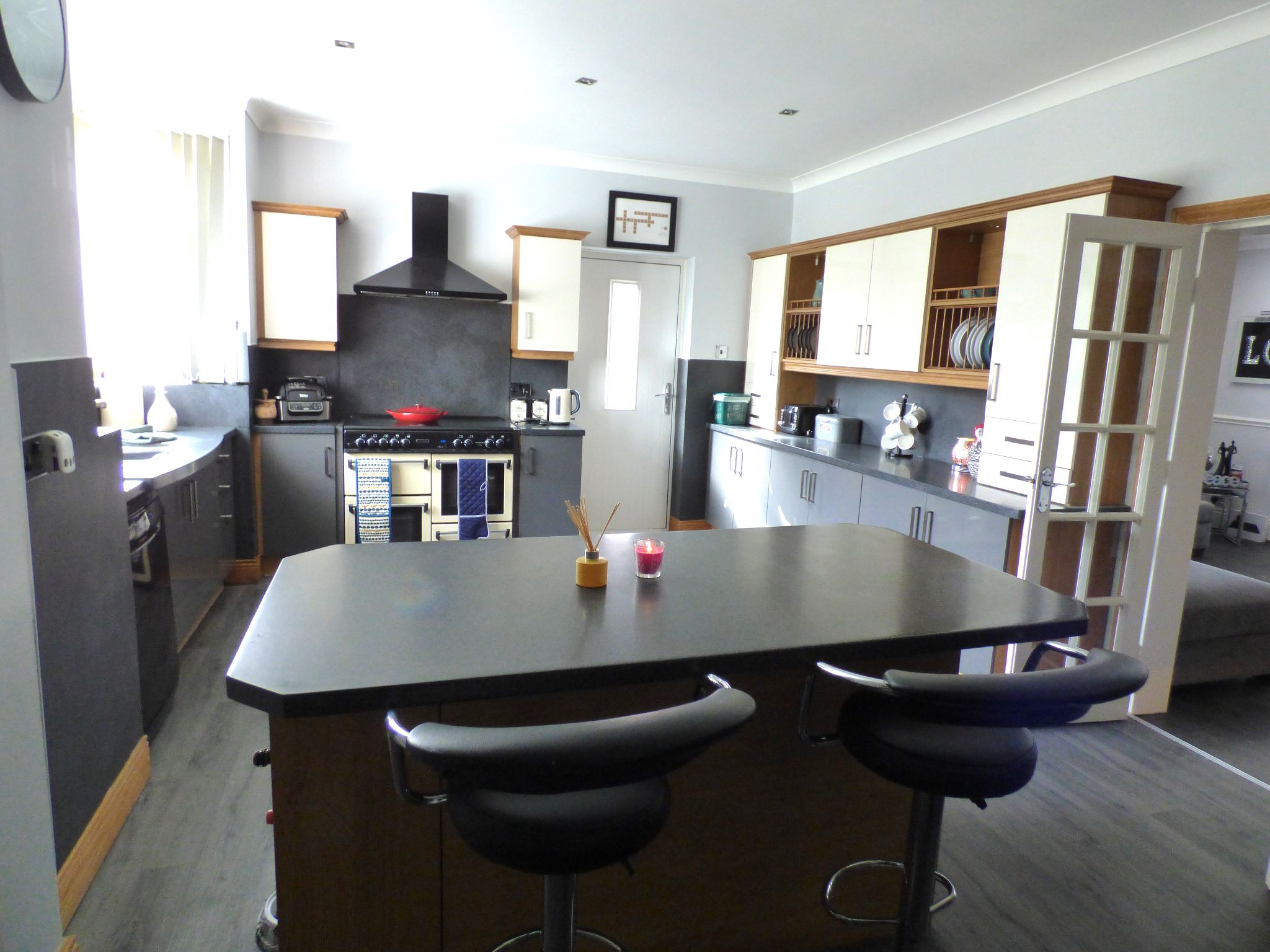 5 Bedroom Semi-detached House For Sale - Photograph 8