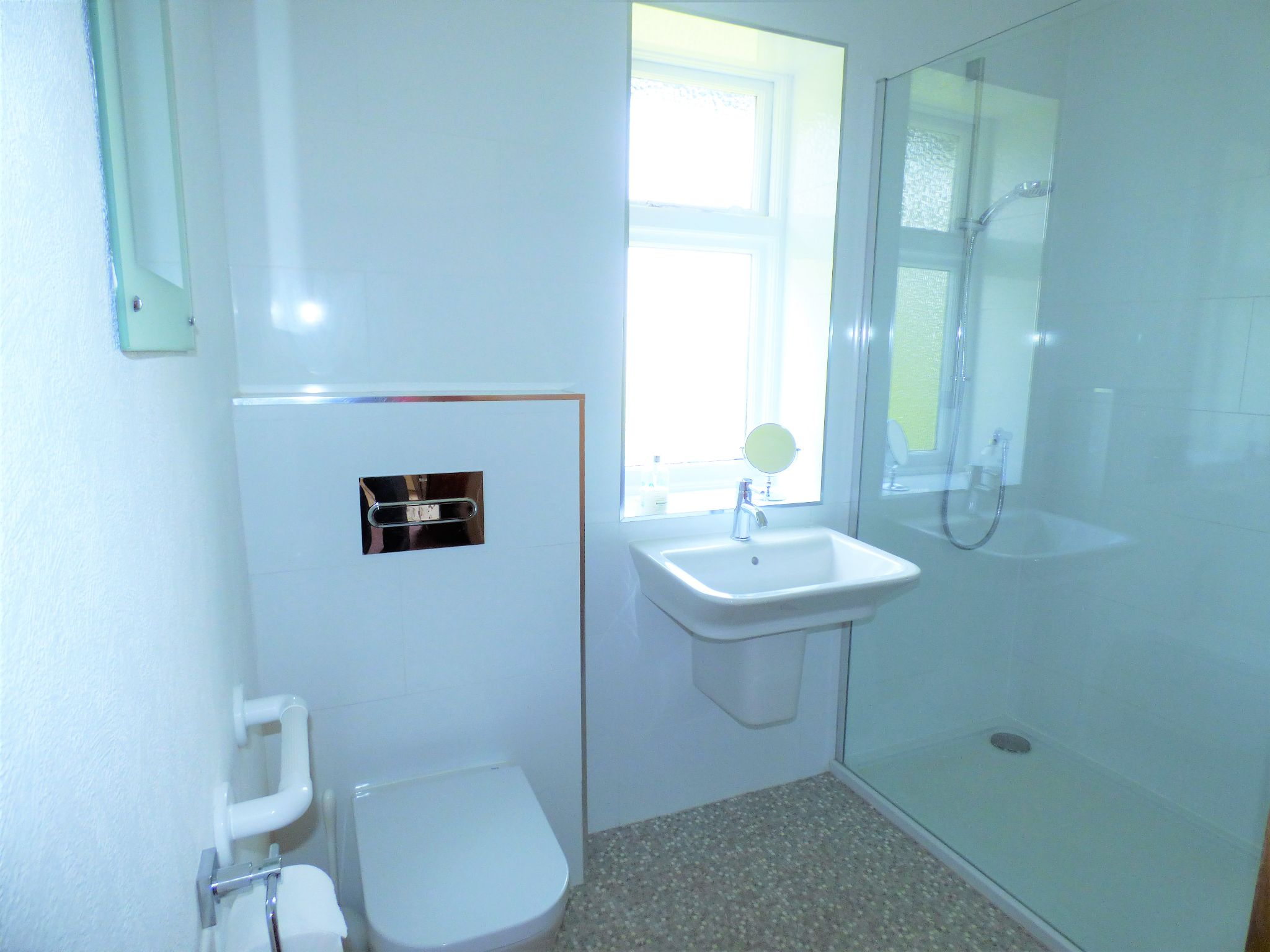 3 Bedroom Semi-detached House For Sale - Photograph 10
