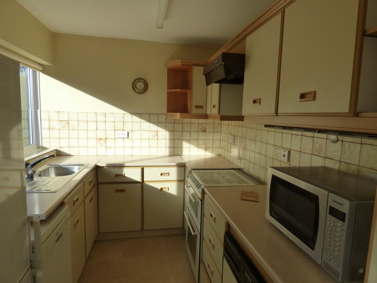 2 Bedroom Detached Bungalow Bungalow For Sale - Image 3