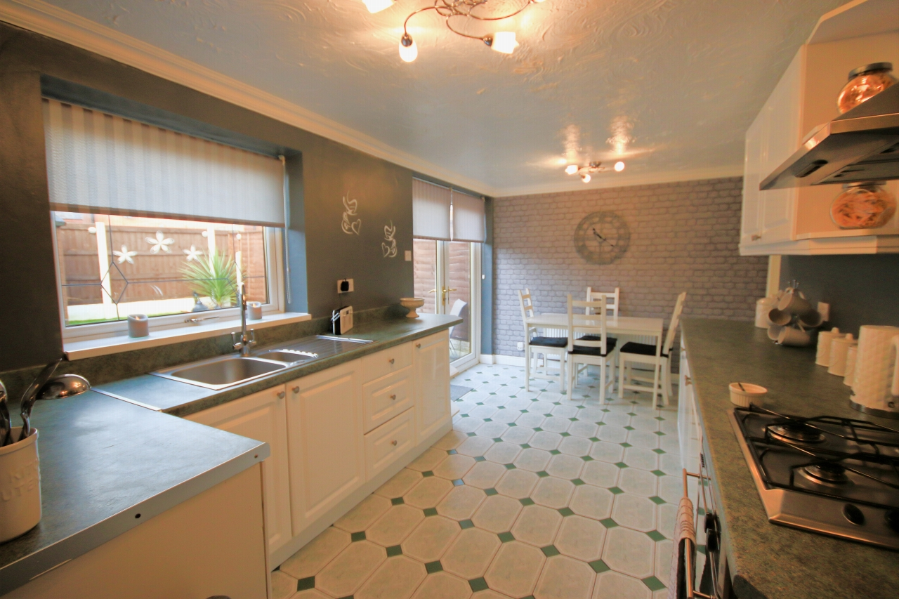 5 Bedroom Semi-detached House For Sale - Photograph 6