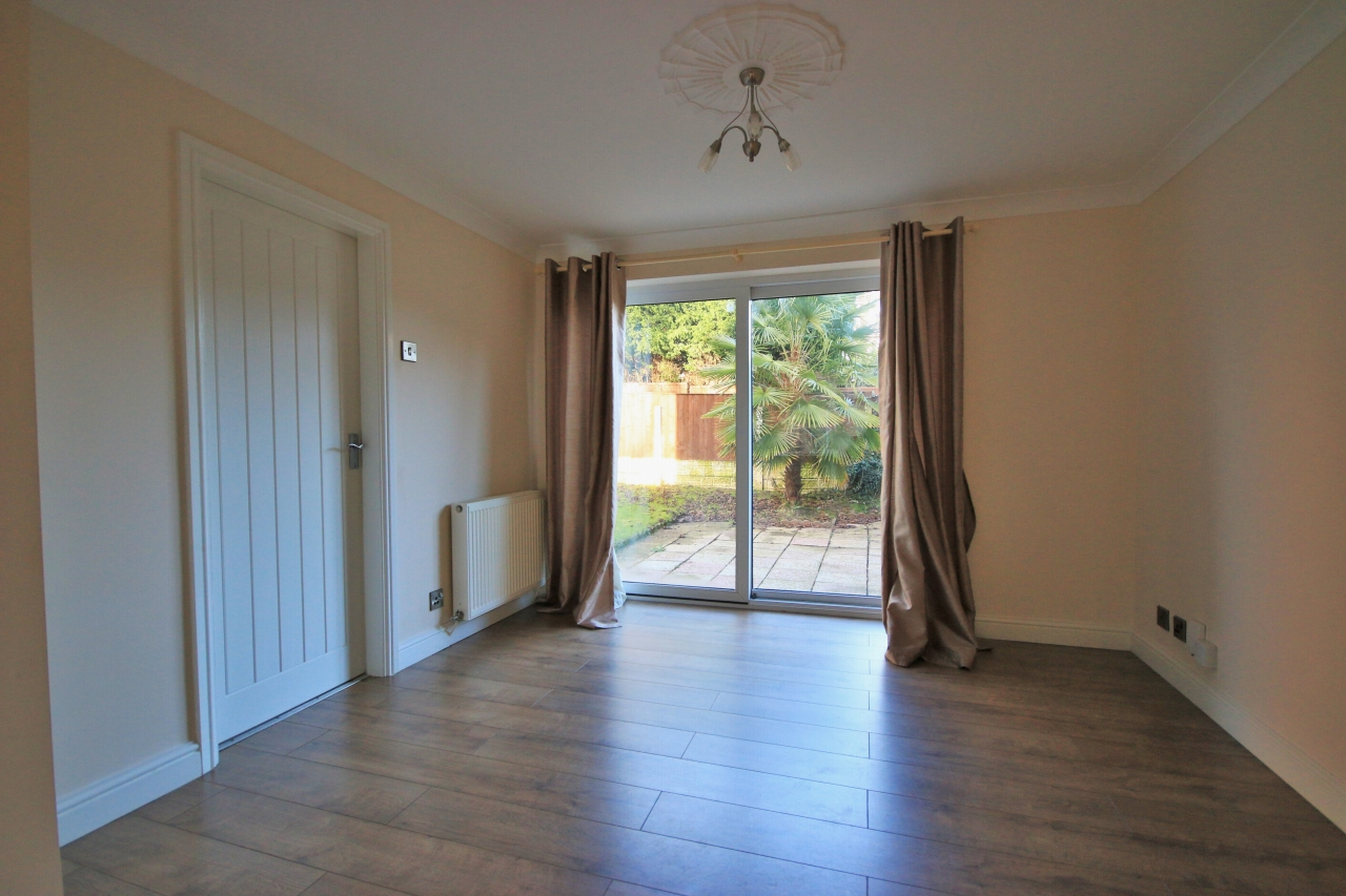 3 Bedroom Detached House To Rent - Photograph 4