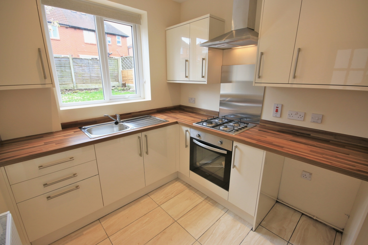 2 Bedroom Semi-detached House To Rent - Photograph 4