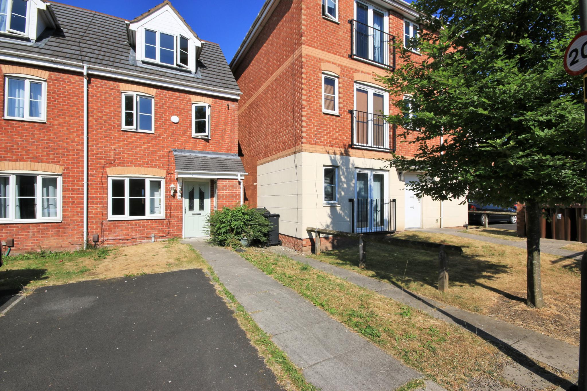 3 Bedroom Town House For Sale - Photograph 1