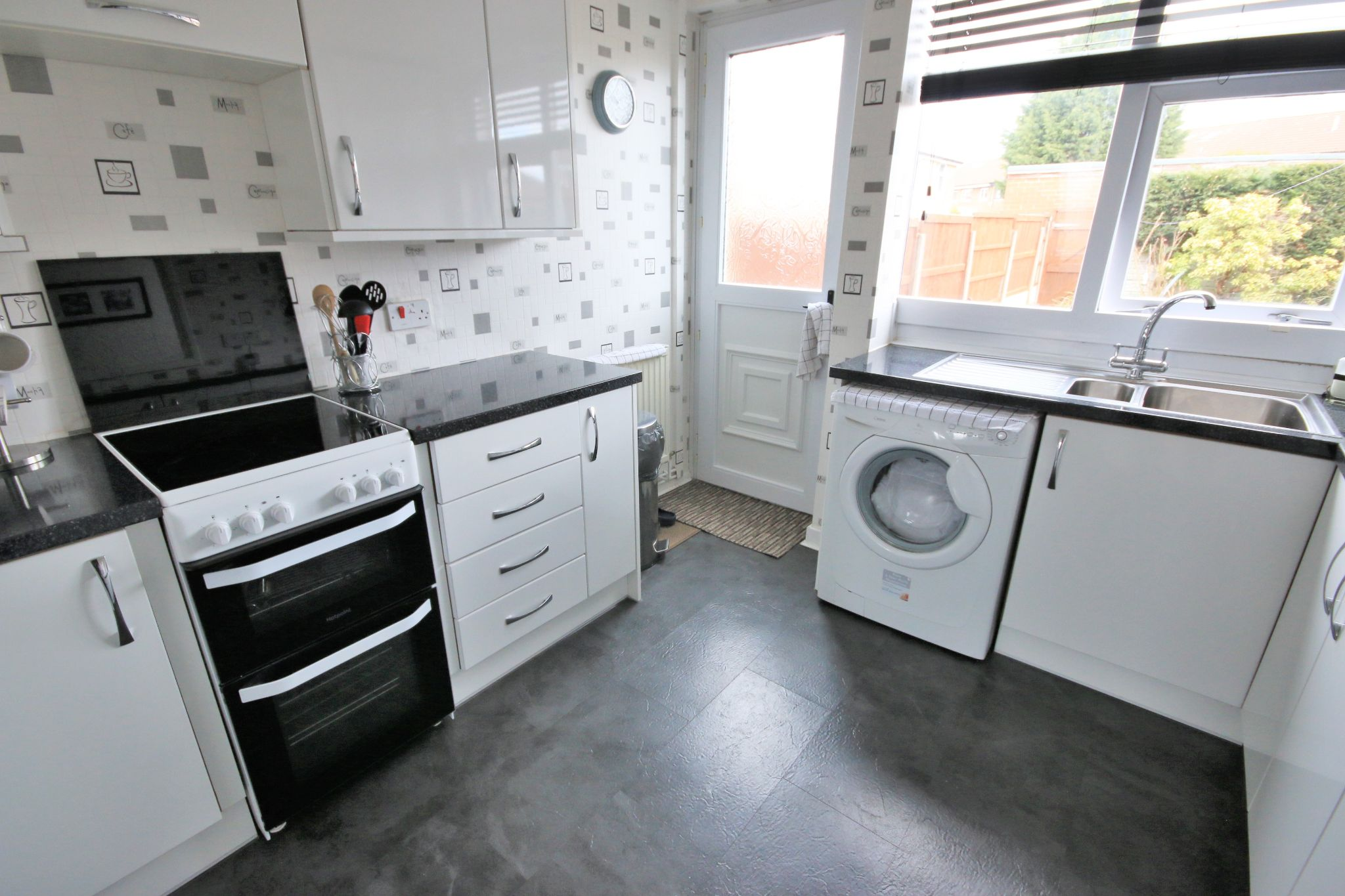 3 Bedroom Town House To Rent - Photograph 5