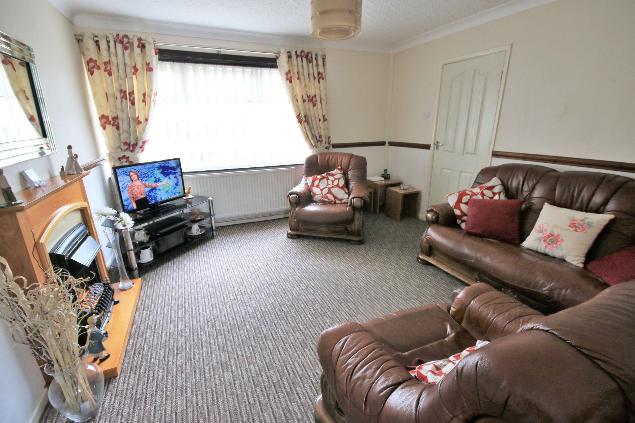 3 Bedroom Town House To Rent - Photograph 3