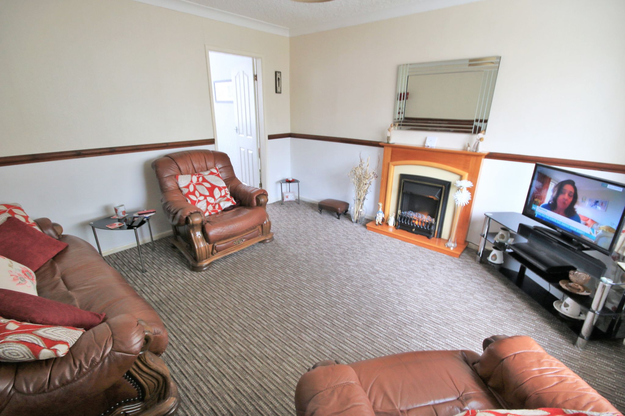 3 Bedroom Town House To Rent - Photograph 2