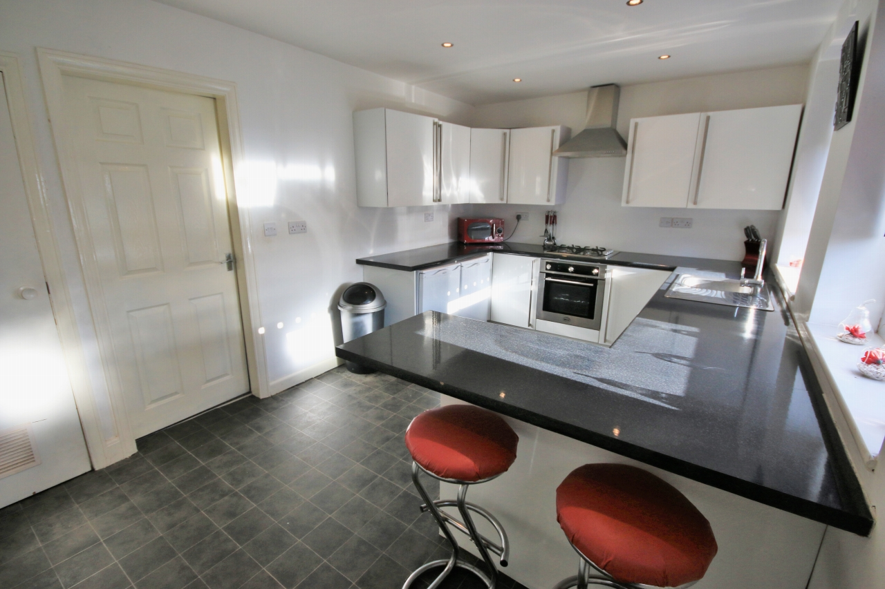 2 Bedroom Semi-detached House To Rent - Photograph 5