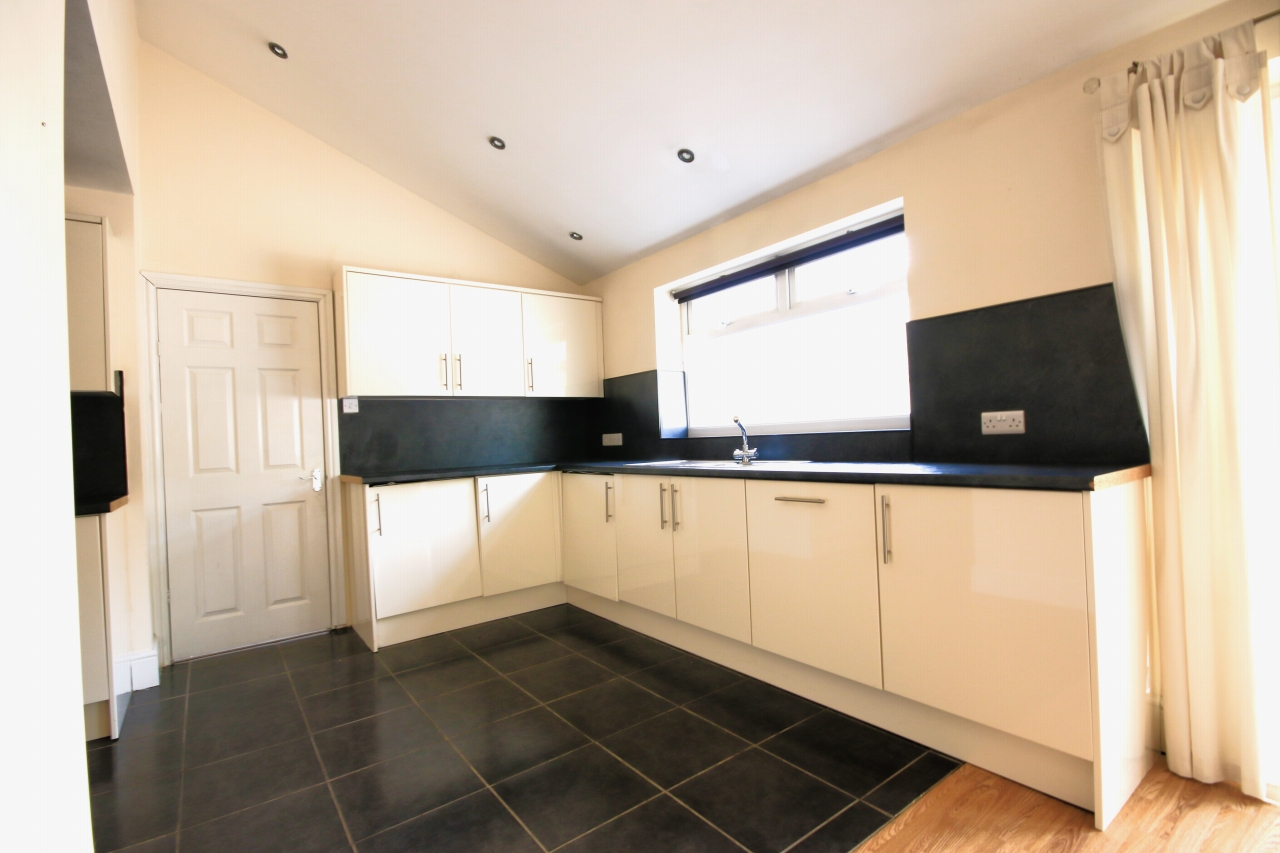 5 Bedroom Semi-detached House To Rent - Photograph 2