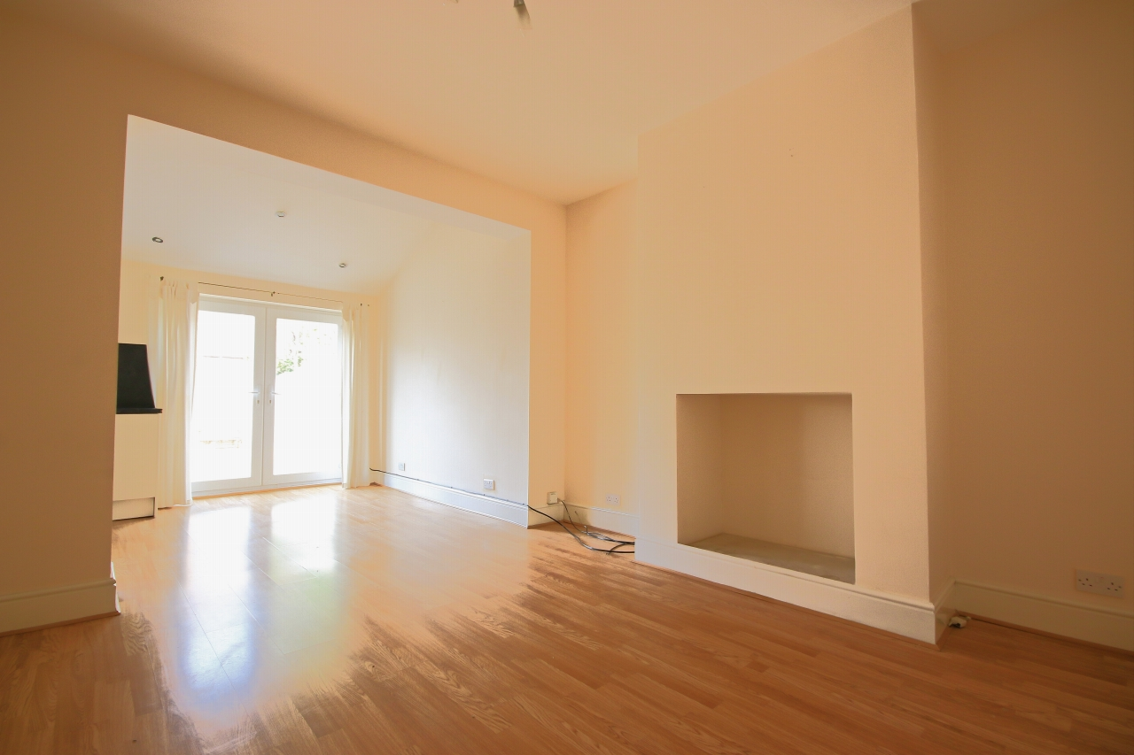 5 Bedroom Semi-detached House To Rent - Photograph 4