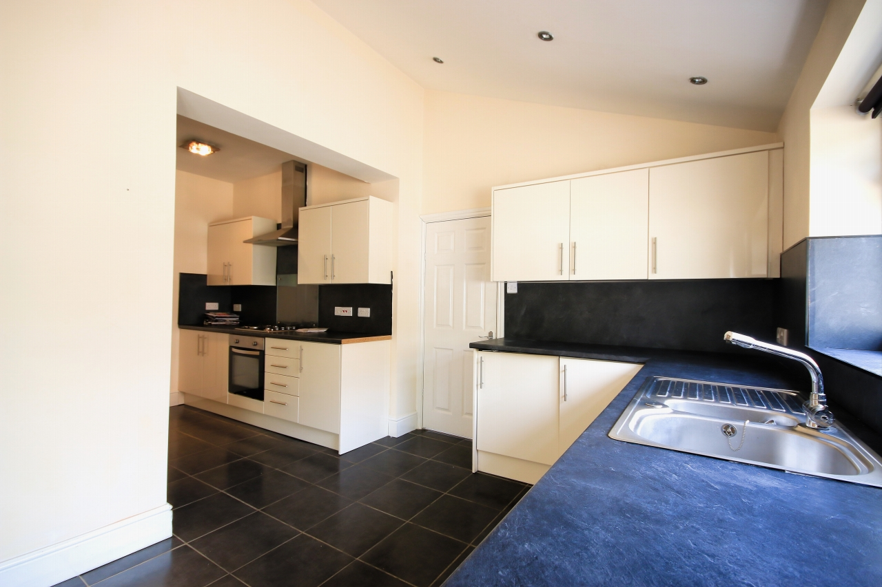 5 Bedroom Semi-detached House To Rent - Photograph 5