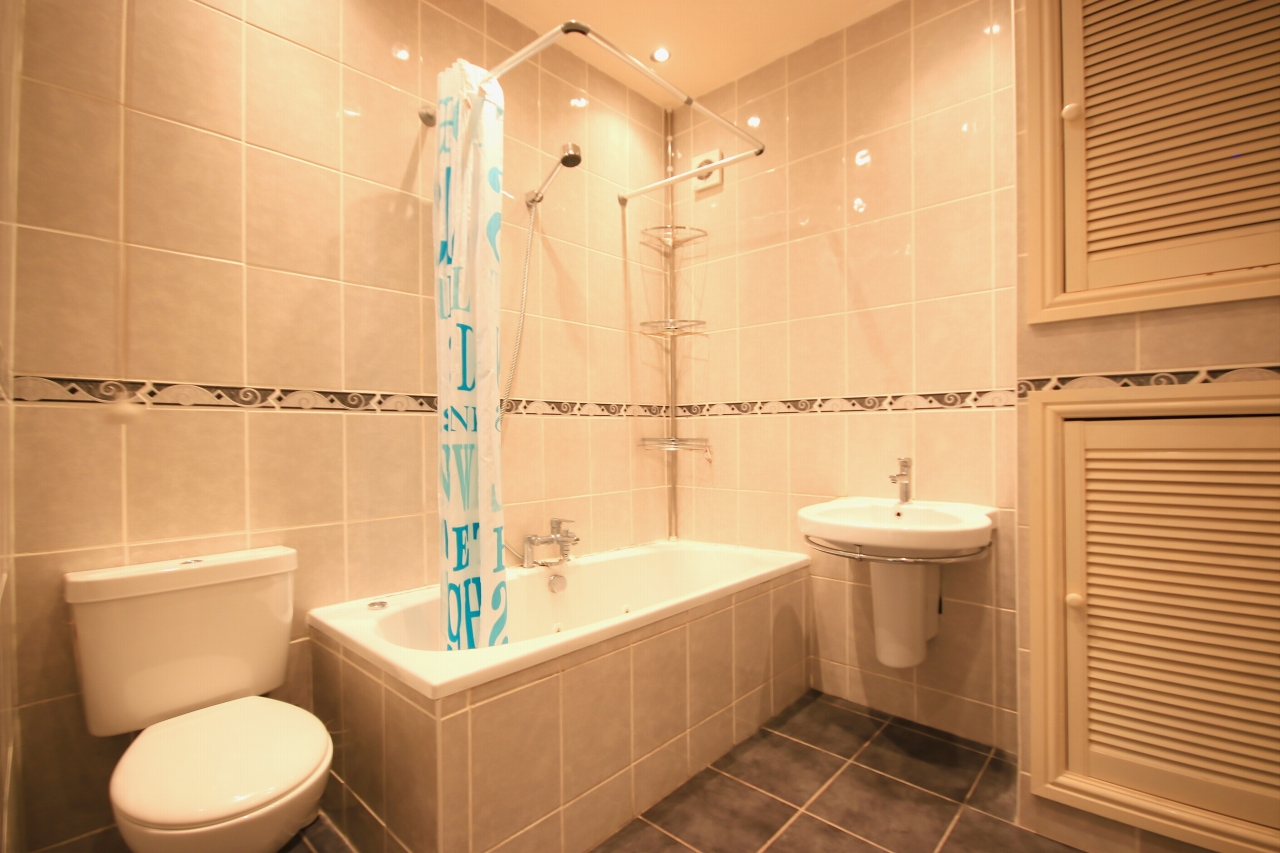 5 Bedroom Semi-detached House To Rent - Photograph 8