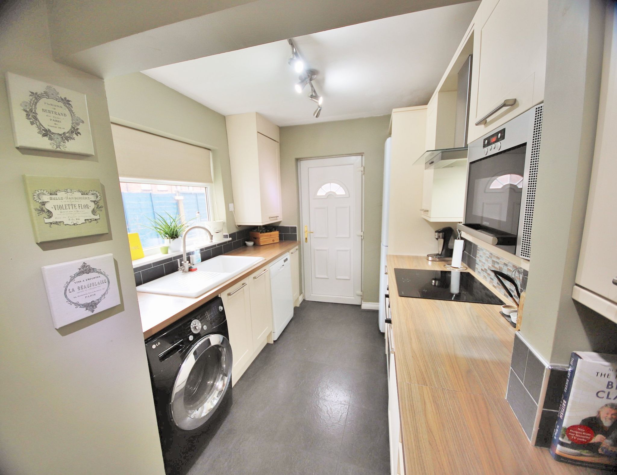 3 Bedroom Mid Terraced House To Rent - Photograph 5