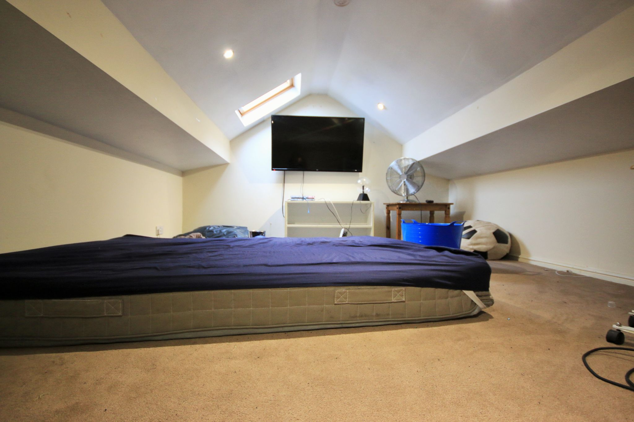 3 Bedroom Semi-detached House For Sale - Photograph 14