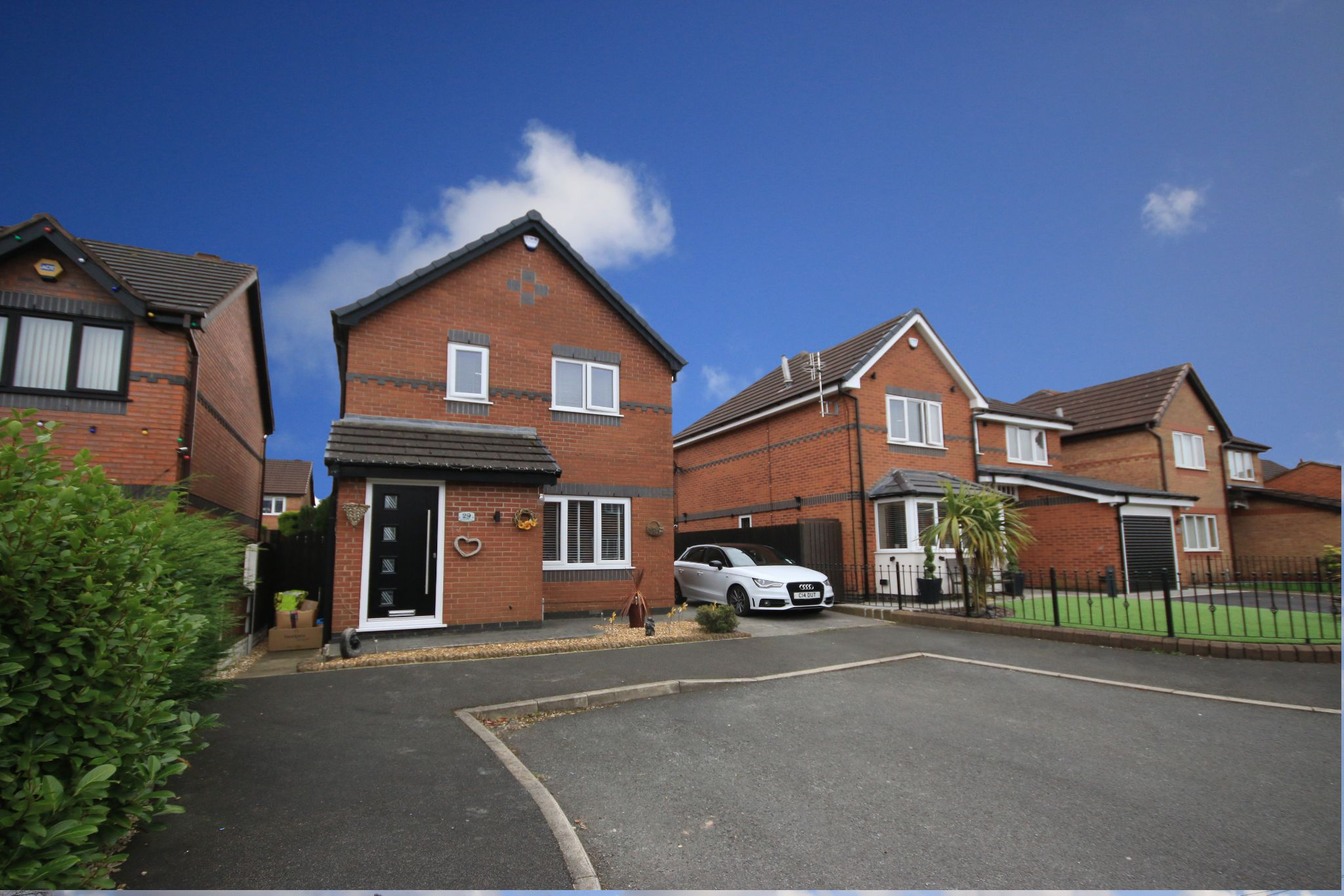 3 Bedroom Detached House To Rent - Photograph 1