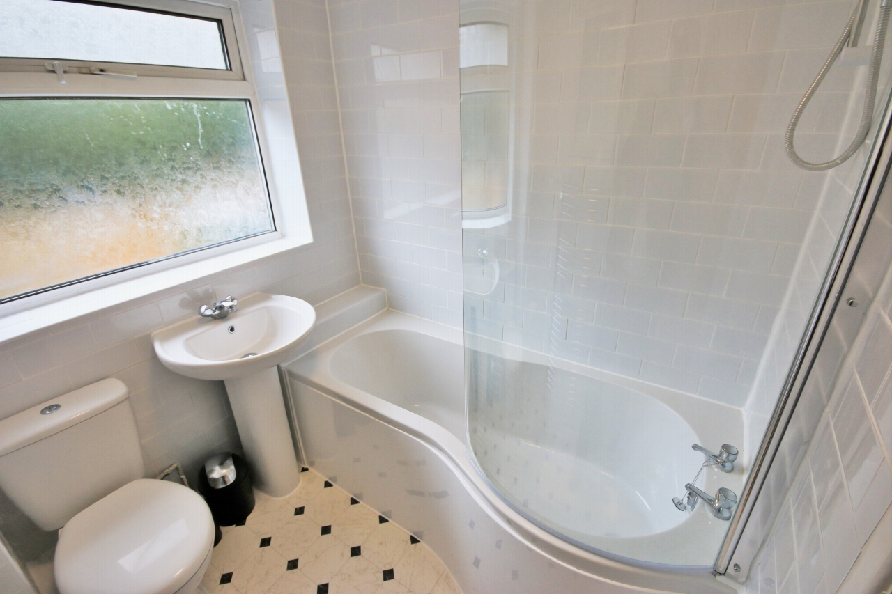 3 Bedroom Mid Terraced House To Rent - Photograph 10