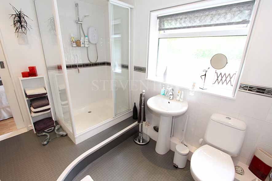 3 Bedroom Detached House For Sale - Photograph 8