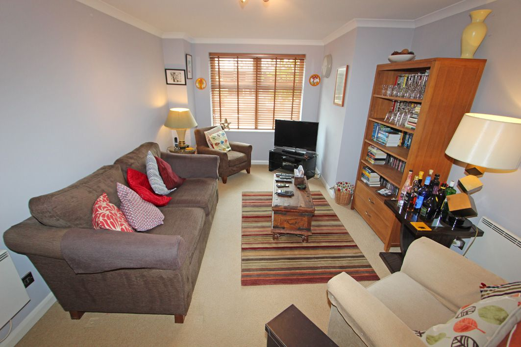 2 Bedroom Apartment Flat/apartment For Sale - Photograph 2