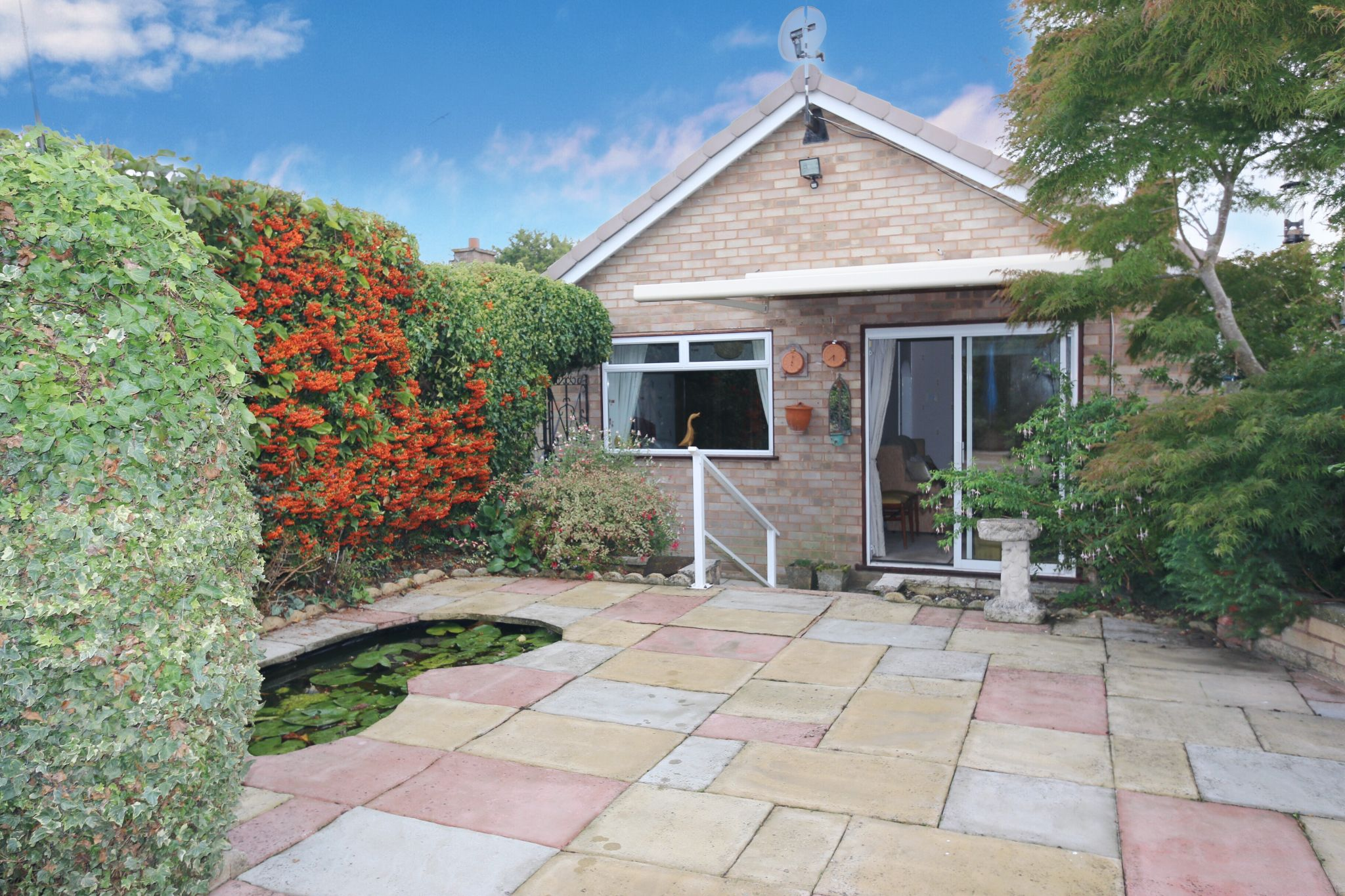 2 bedroom detached bungalow For Sale Alcester - Property photograph