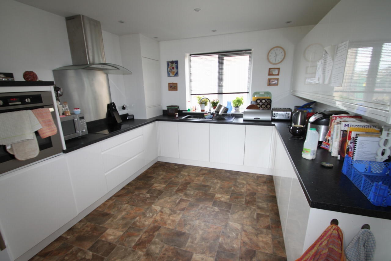 4 Bedroom Detached House To Rent - Photograph 4