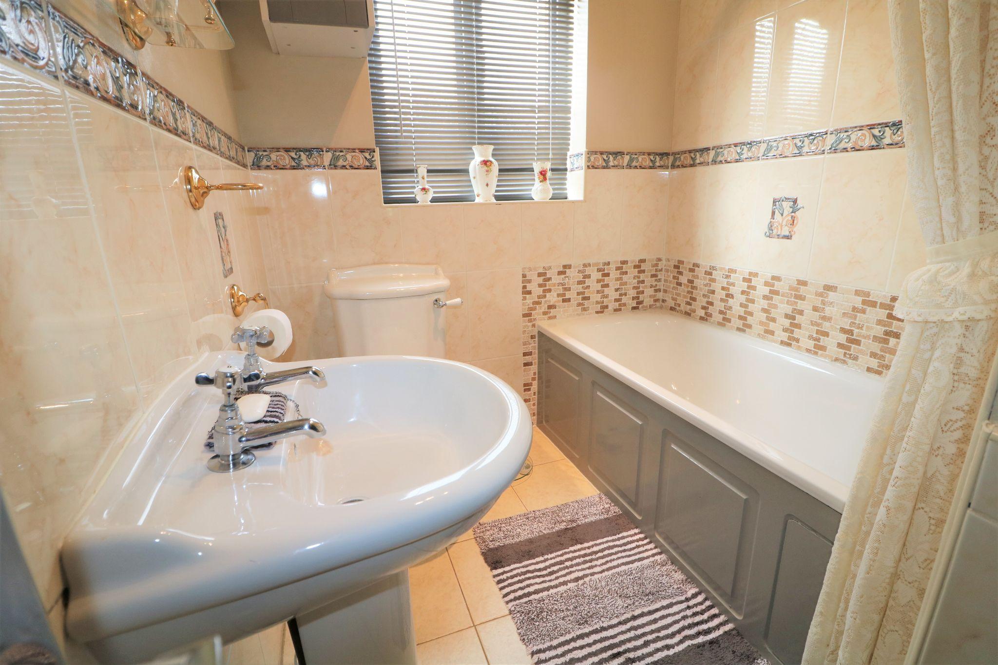 3 Bedroom Detached House For Sale - House Bathroom