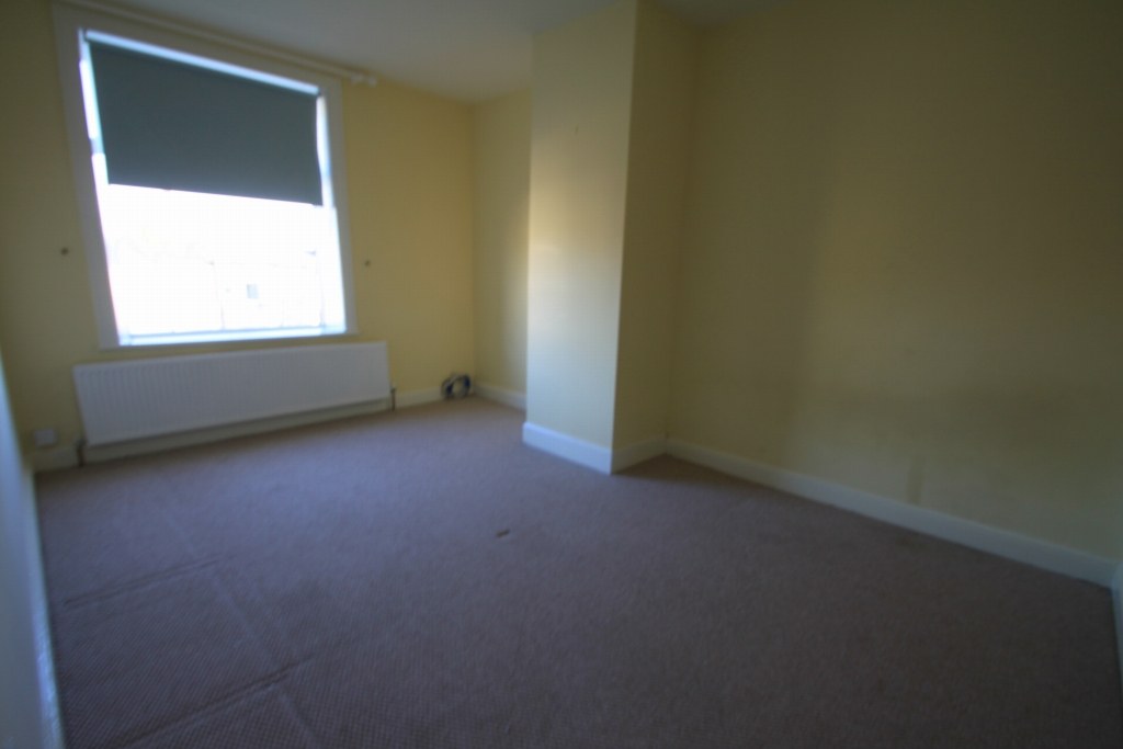 3 Bedroom End Terraced House To Rent - Photograph 4