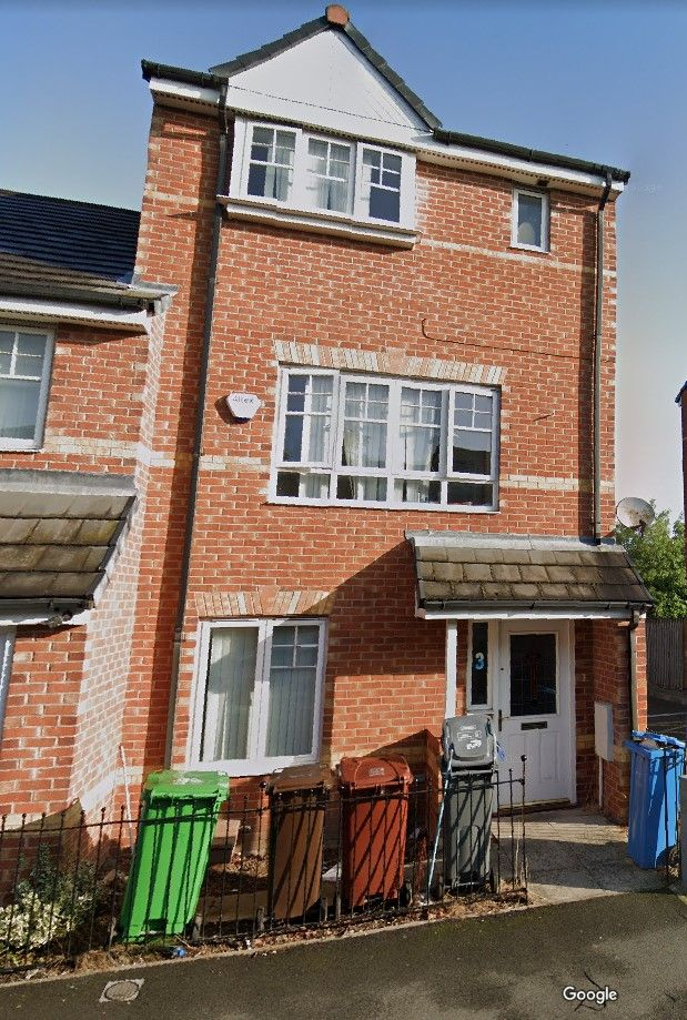 4 bedroom mid terraced house Reserved in Manchester - Photograph 8.
